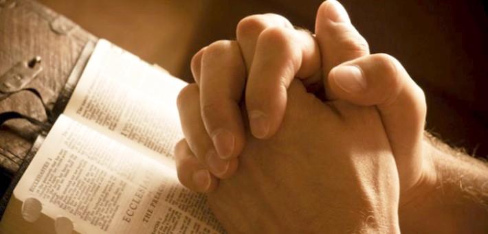 Руки молящегося человека