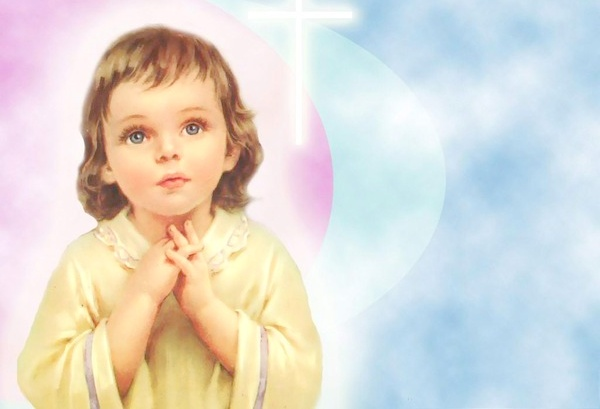 дите читает молитву