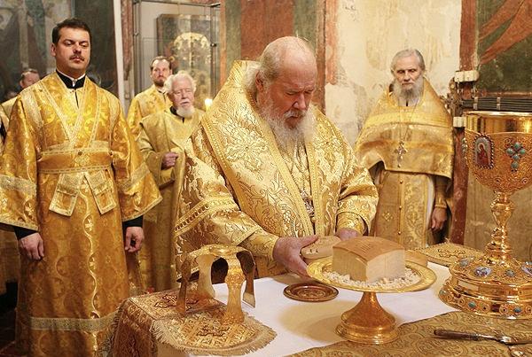 Священнослужитель делит хлеб
