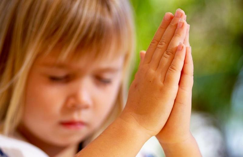 девочка молится святым