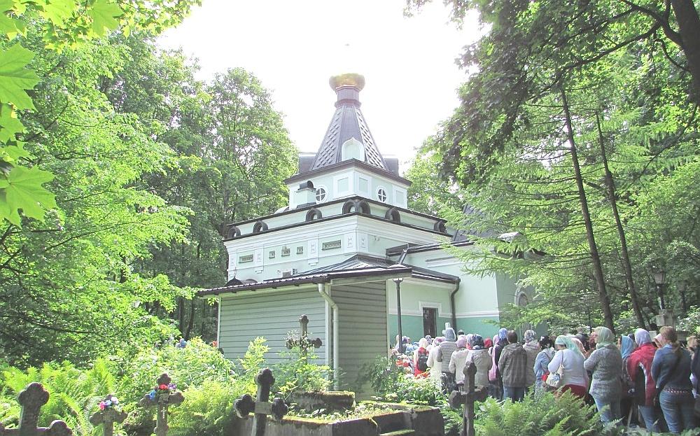 Паломники у храма